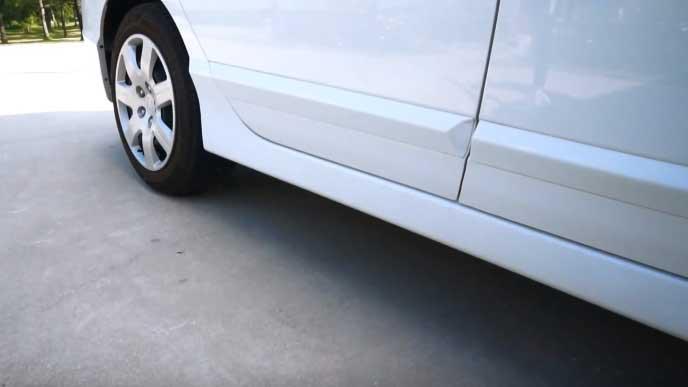 平坦な駐車場にとまる自動車