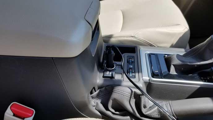 車載の電源ソケットに電源を繋げる