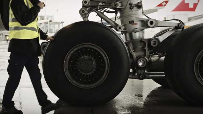 航空機のタイヤを点検する男性