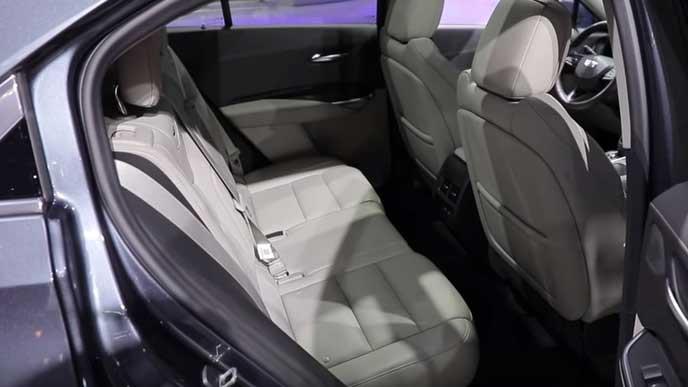 新型XT4のリヤシート