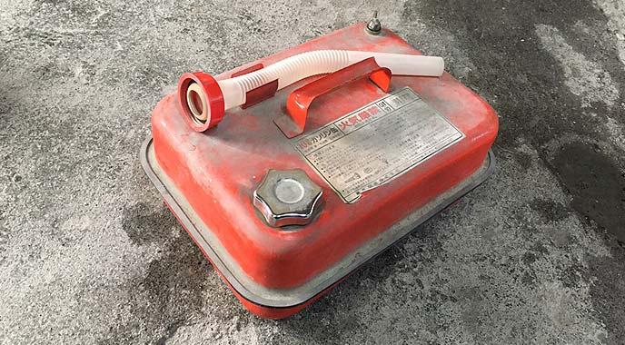 ガソリンを運ぶ携行缶