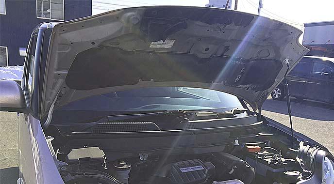 ボンネットのヒンジが運転席側に付いている車