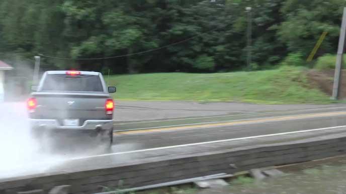 ハイドロプレーニングが起きた車