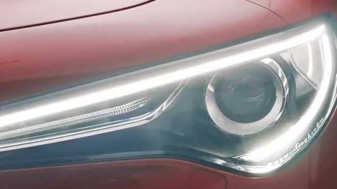 新型ステルヴィオのヘッドライト