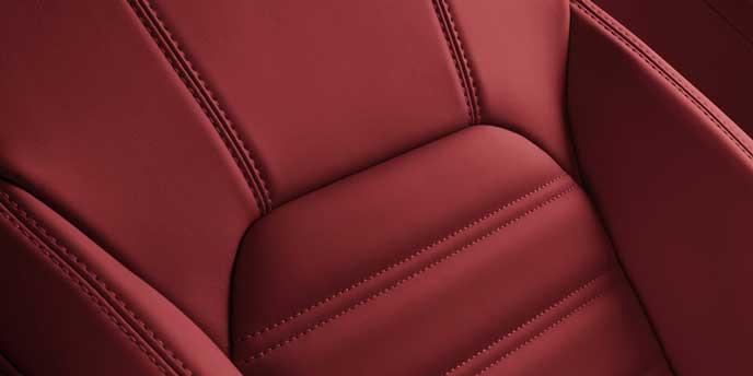 レッドの内装色の新型ステルヴィオ