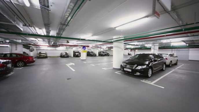 十分な駐車スペースがある地下駐車場