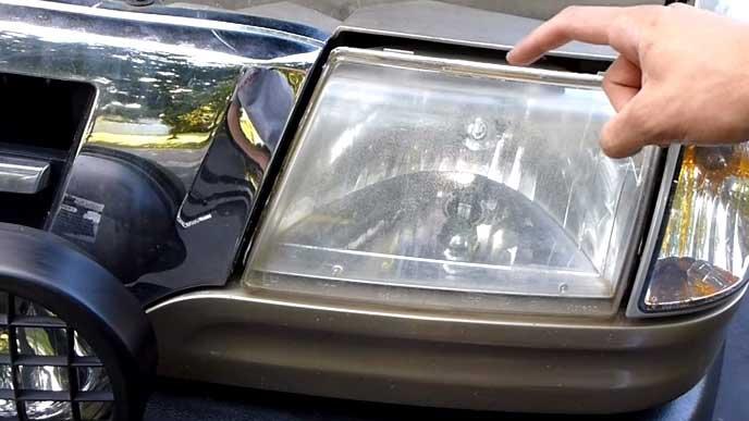 車の曇ったヘッドライト
