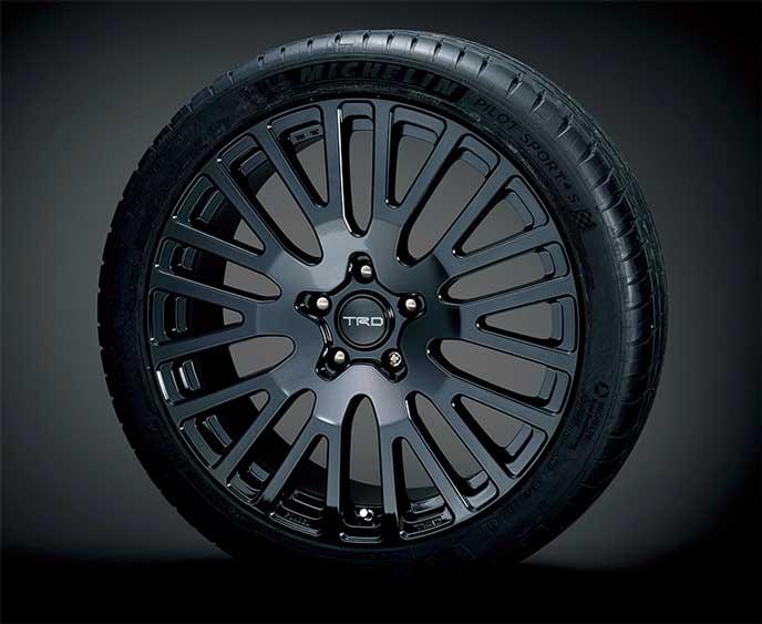 TRDから販売するクラウンの19インチ鍛造アルミホイールとタイヤセット