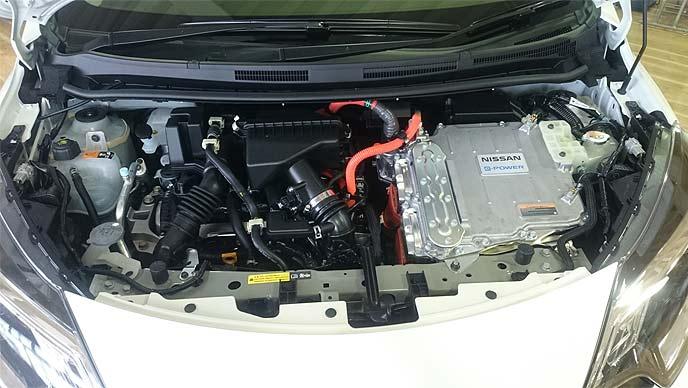 ノートe-POWER 4WDのボンネット内部