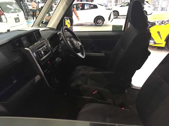 現行型ルーミーの運転席と助手席