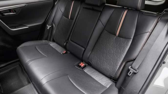 新型RAV4のオレンジの加飾が入った内装のリヤシート