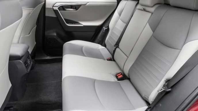 新型RAV4のホワイトの内装のリヤシート