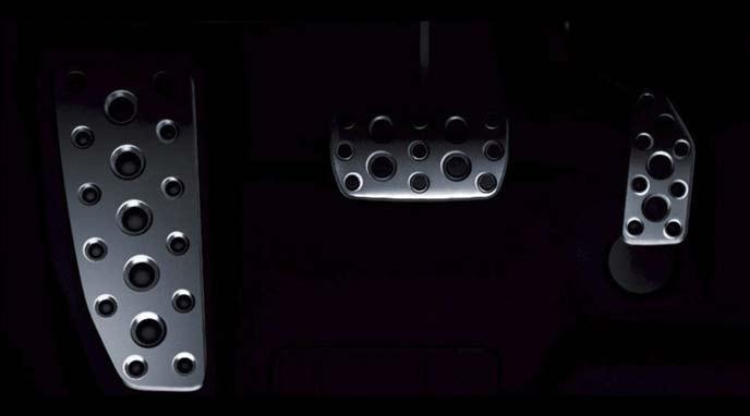 レガシィB4のアルミ製のスポーツペダル