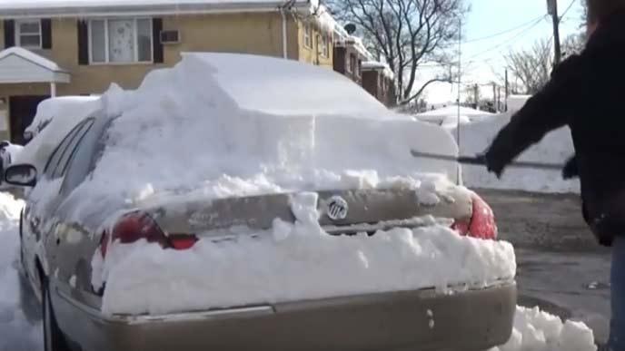 降雪地帯の必需品スノーブラシ