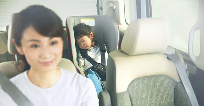 N-BOXで寝る子ども