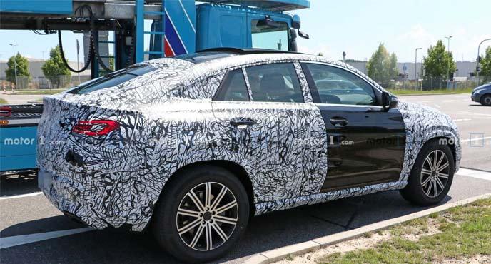 メルセデス・ベンツ新型GLEクーペの開発車両のサイドビュー