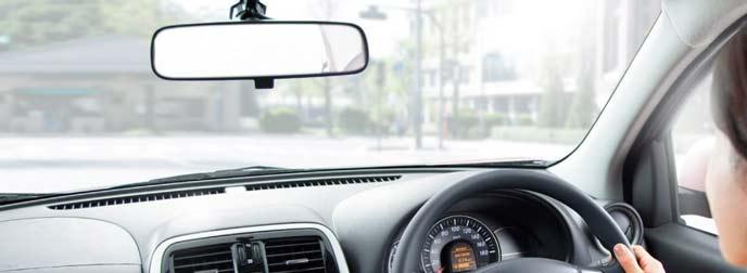 マーチを運転する女性