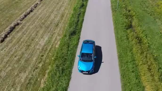 直線道路を走るプリウスPHV