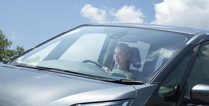 セレナ全車に標準装備されるUVカットグリーンガラス