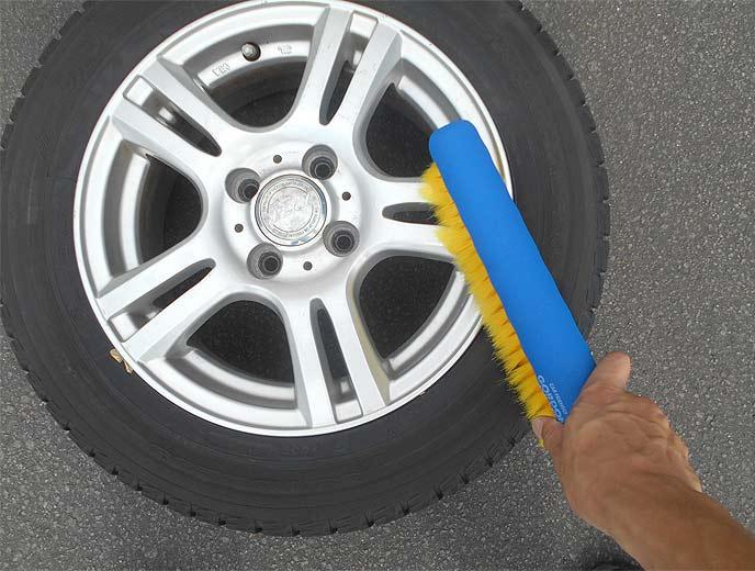 タイヤの汚れを落とす