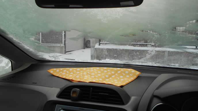 窓が凍った車の車内