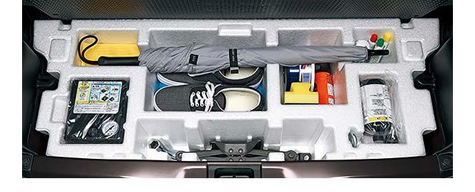 ラゲッジルーム床下に搭載の仕切り付きのラゲッジアンダーボックス