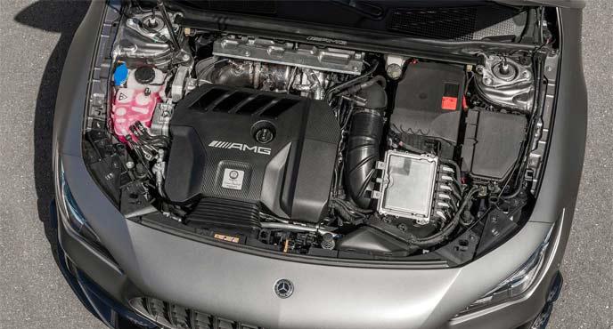 CLA45 4MATIC+ シューティングブレークのエンジンルーム