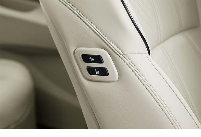 ドライバー席やリヤシート側からもリクライニングとスライドの操作が可能