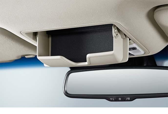 同乗者も取り出しやすい位置に設置されたサングラスボックス
