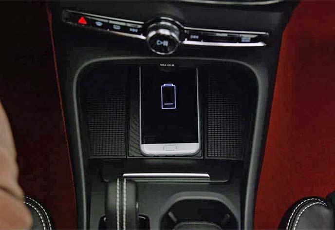 センタータッチスクリーンにスマートフォンのワイヤレス充電ポイントを装備