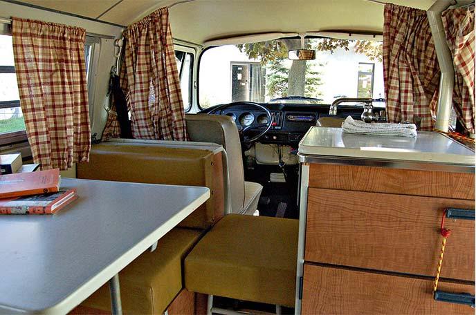 ワーゲンバスT2a型のキャンプ仕様車