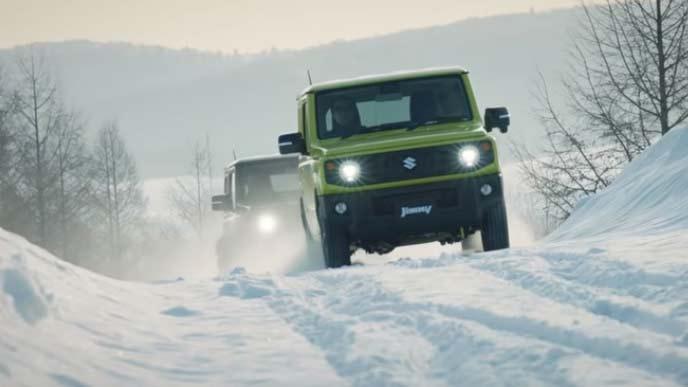 雪道を走るジムニー