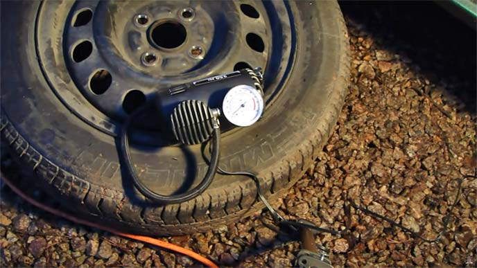 車載コンプレッサーでタイヤに空気を入れているところ