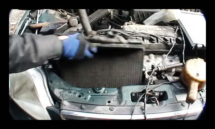 車から取り出されたラジエーター