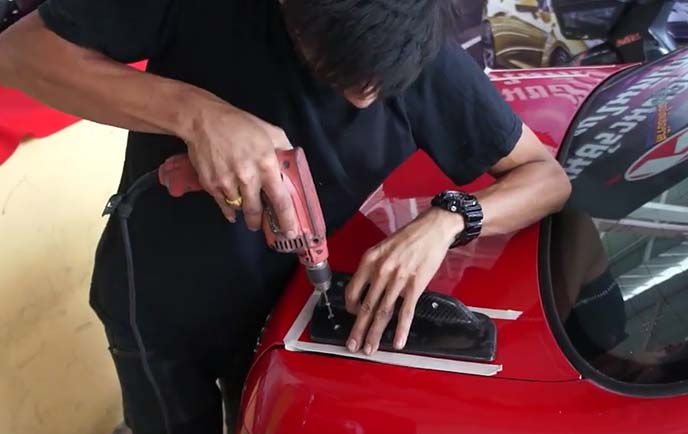 GTスポイラーの取り付け作業