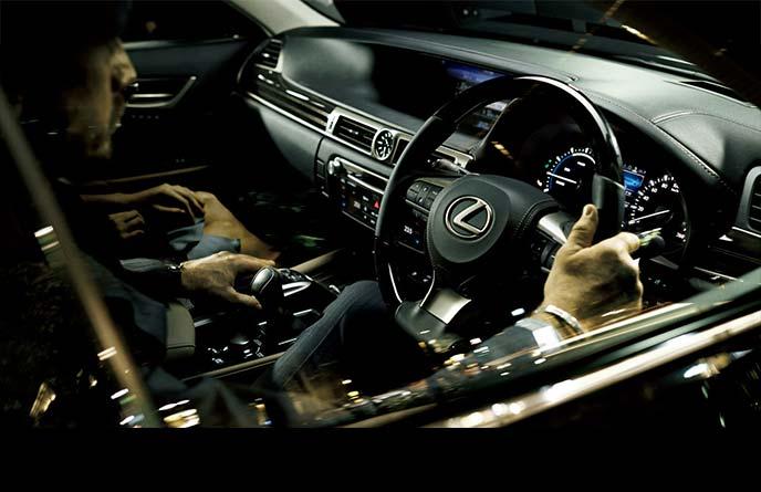 新型レクサスGS全車に標準装備のステアリングヒーター付きの本革ステアリングと本革シフトノブ