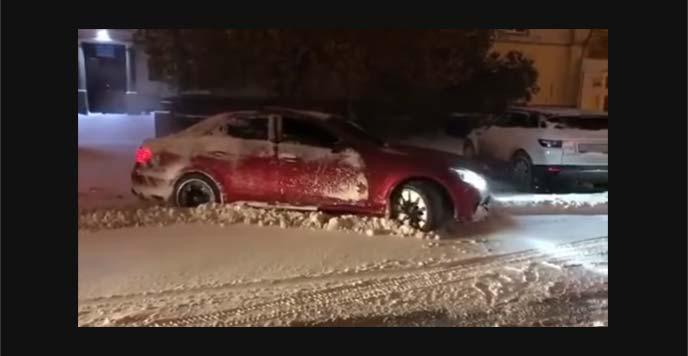 雪で埋まって車の下回りがつかえいる様子