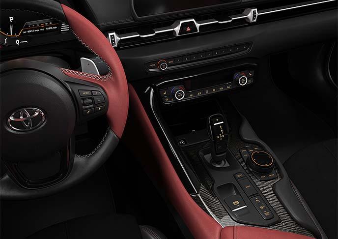 a17年の時を経て様々な技術を搭載して帰ってきた新型スープラの内装は、運転席中心のタイトな設計で先進装備が充実している