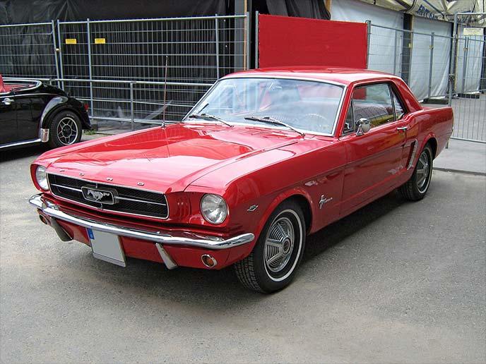 赤のフォード・マスタング初代(1964~1968年)
