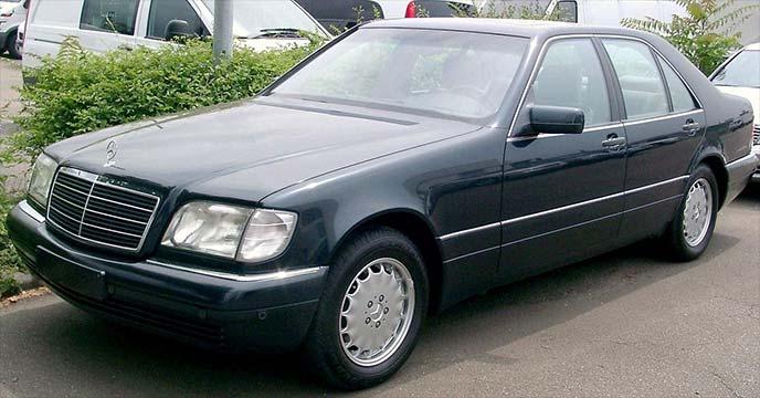 濃紺のメルセデス・ベンツ SクラスW140(1991~1998)