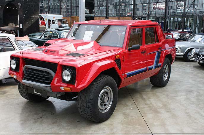 赤のランボルギーニ LM002