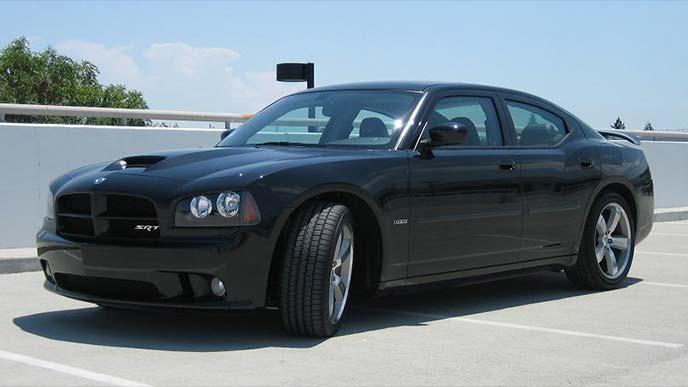 黒のダッジ・チャージャーLX型SRT8