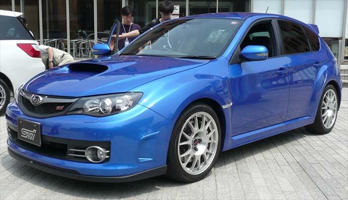 ブルーメタリックのスバル インプレッサWRX STI GRB型(2007~2014)