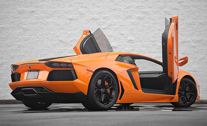 オレンジ色のランボルギーニ アヴェンタドールLP700-4(ドア開・リアビュー)