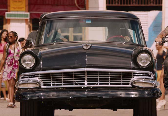劇中登場のフォードカスタムライン(1956年式)。
