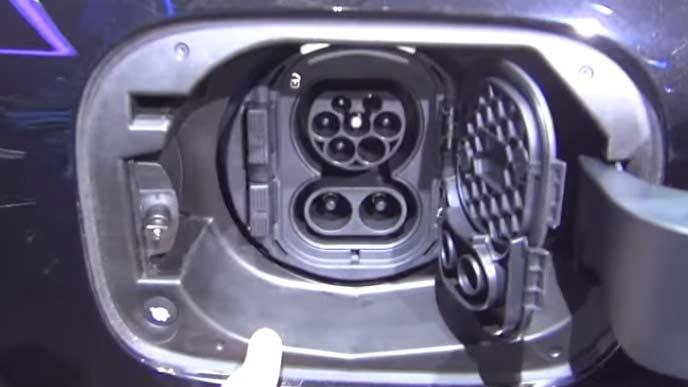 新型EQCの充電ポート