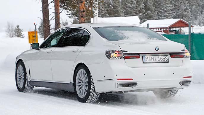 後ろから見た新型BMW7シリーズ プロトタイプ
