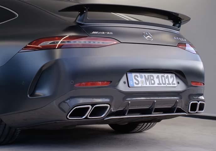 メルセデスAMG GT 4ドアクーペのリアビューとデュアルツインテールパイプ