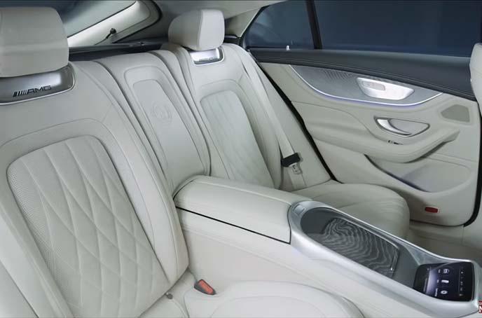 メルセデスAMG GT 4ドアクーペのリヤシート