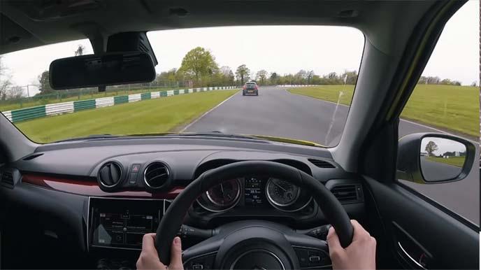 運転中のコックピットからの前方視界